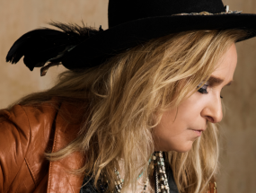 Melissa Etheridge plays a guitar
